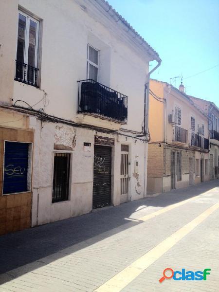 Casa urbana, con fachada a dos calles en zona centro de