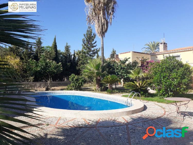 Chalet independiente con piscina privada y garaje.