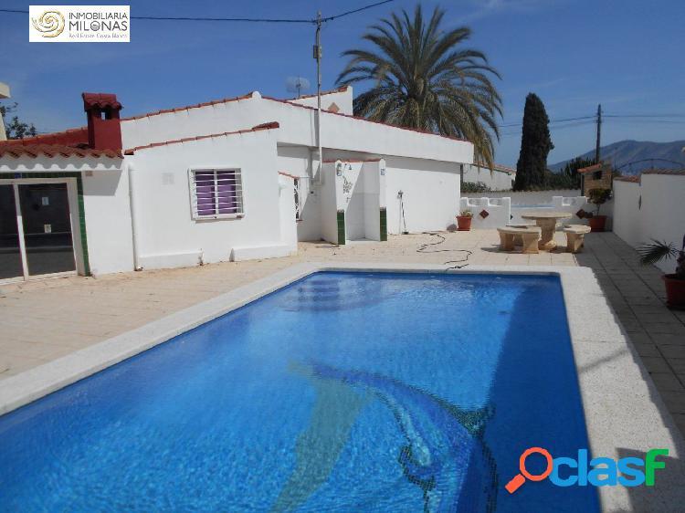 Chalet independiente de 4 dormitorios con piscina privada y
