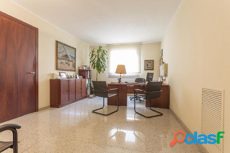 Despacho con posibilidad de vivienda en el centro de Girona.