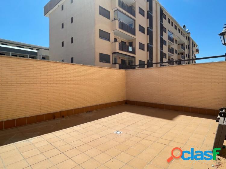 Disfruta de una gran y tranquila terraza en este bonito piso
