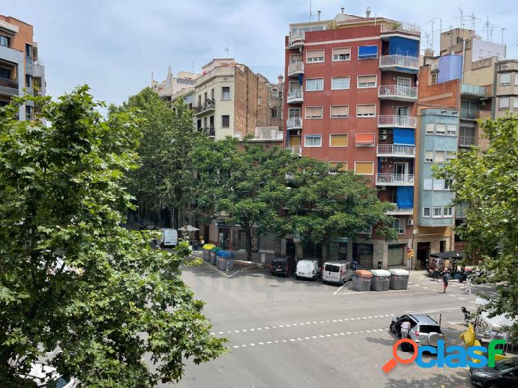 En Sagrada Familia, junto Avenida Gaudí.