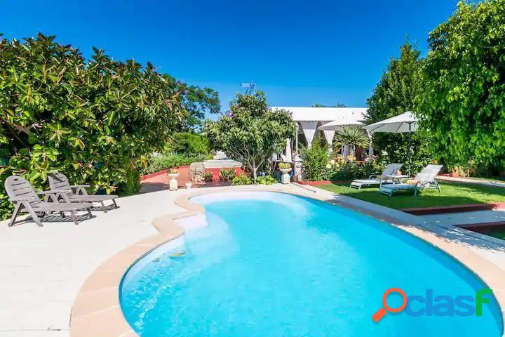En alquiler precioso chalet con jardín y piscina en la