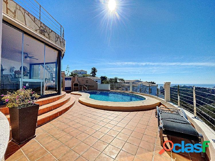 Hermosa villa con vistas al mar y áreas verdes ubicada en