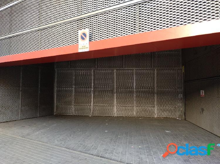 Junto a supermercado DUMBO, en Santa Mª de Gracia y 700 m