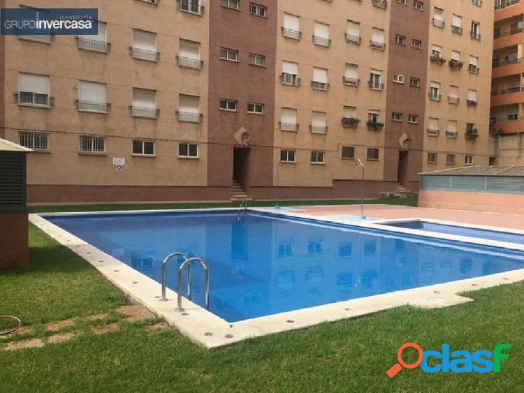 Piso con plaza de garaje y piscina comunitaria situado en
