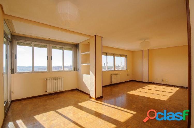 Piso de 4 dormitorios de origen, muy luminoso, con vistas