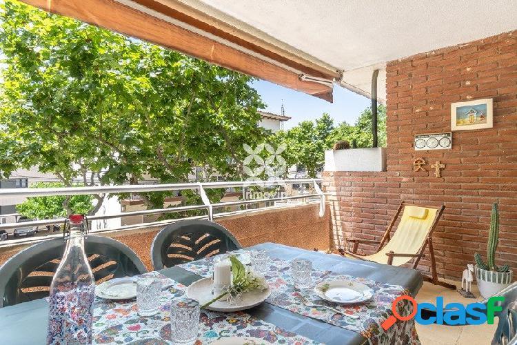 Piso en el centro, con amplia terraza, zona de piscina y a