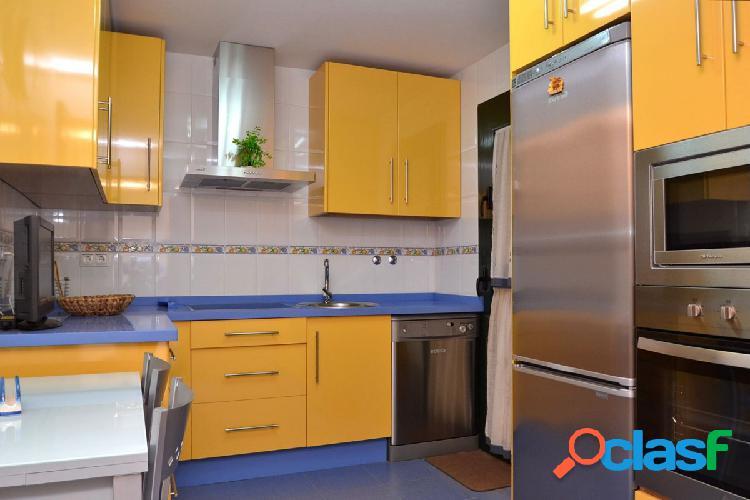 Piso precioso de 4 dormitorios, 2 baños, patio y garaje en