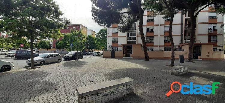 Piso tres dormitorios frente Centro Comercial Los Arcos.