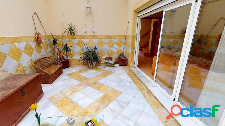 Preciosa casa adosada con patio y terraza solarium en San