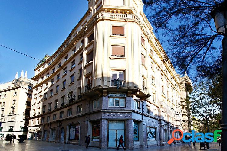 Se alquila oficina en pleno centro de Granada.