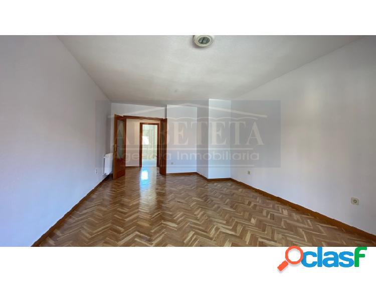 Se alquila piso en la zona de Adoratrices, Guadalajara.