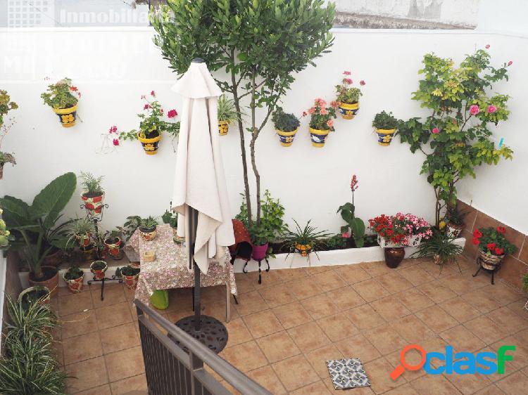 *Se vende casa adosada de tres plantas, con patio y cochera
