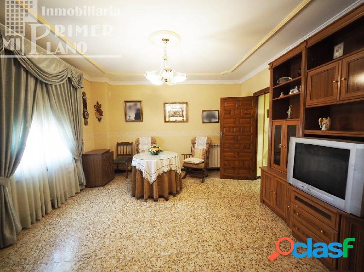 Se vende casa de 2 plantas 4 dormitorios y 2 baños junto a
