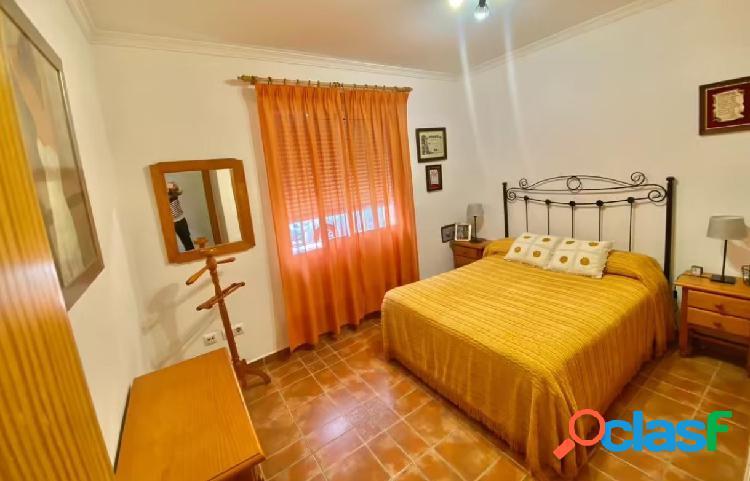 Se vende casa en Barrio Peral con 4 dormitorios y 2 baños