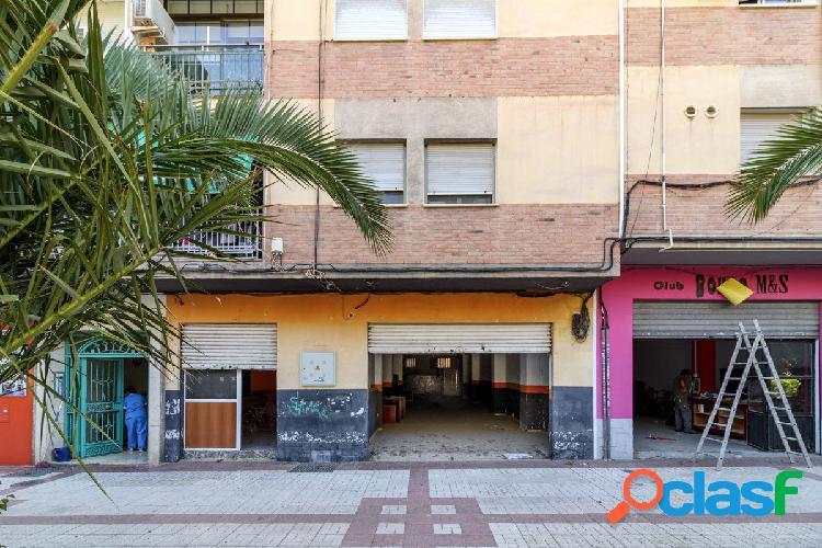 Situado junto al Palacio de Congresos (Cervantes-Palacio de