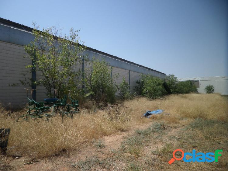 Solar en venta con una superficie de 1.192 m2 y una fachada