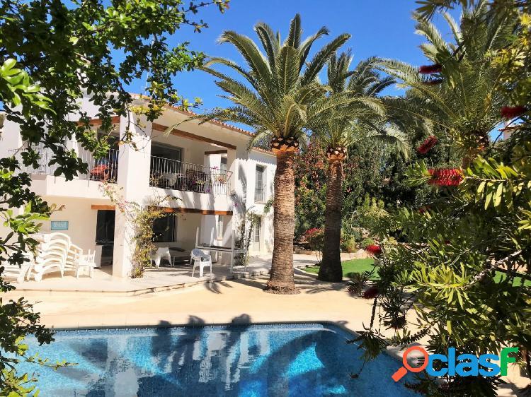Moraira se vende villa Ibicenca con jardín a 300 metros del