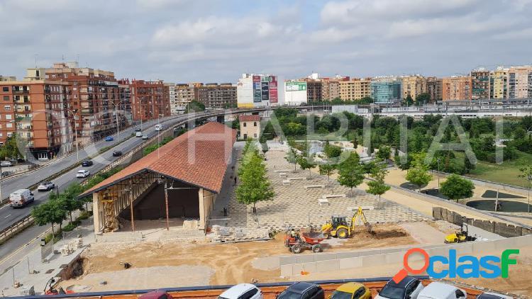 """Piso está situado junto al """"Parque Central"""" sin muebles."""