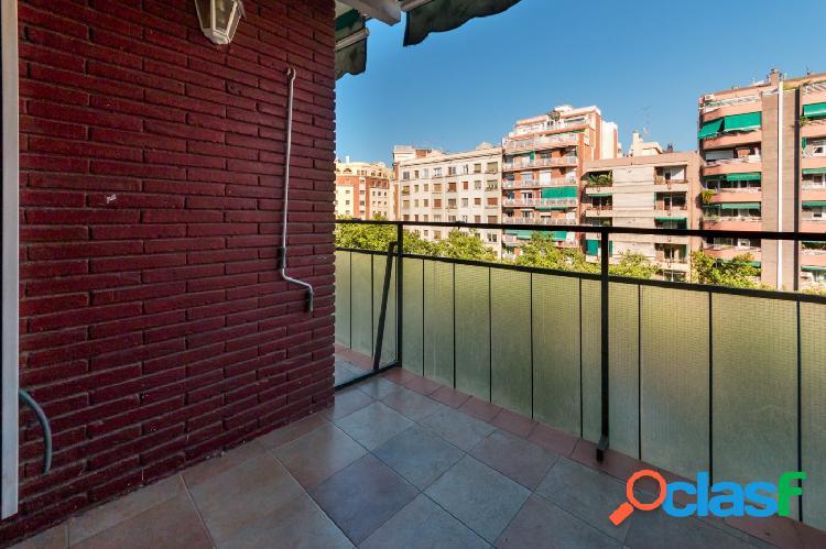 Piso junto a plaza Espanya de 4 dormitorios y terraza
