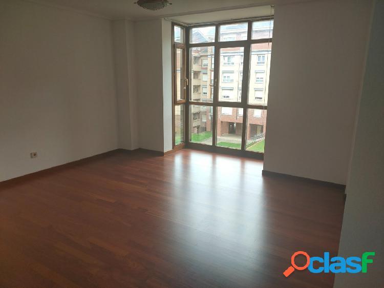 Se alquila piso de tres dormitorios y garaje en Santander