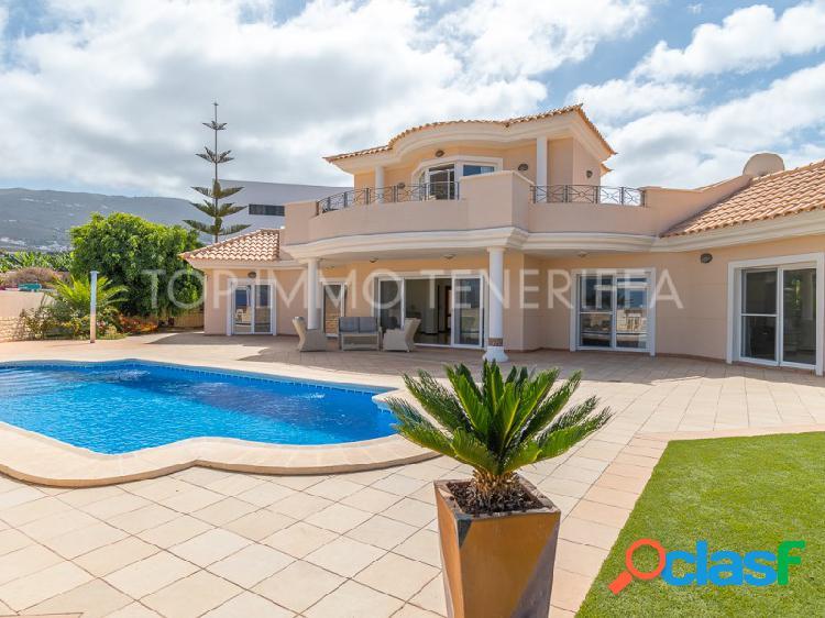 Magnifica villa con piscina y gran terraza con vista al