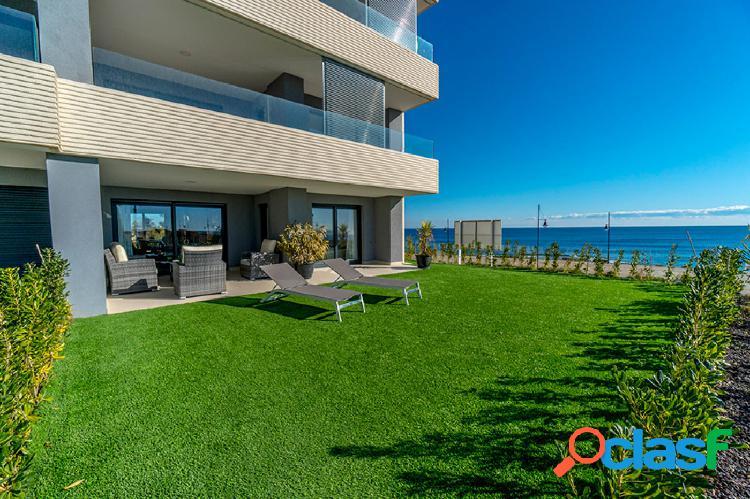 Un lujoso apartamento con vistas al mar y al sur.