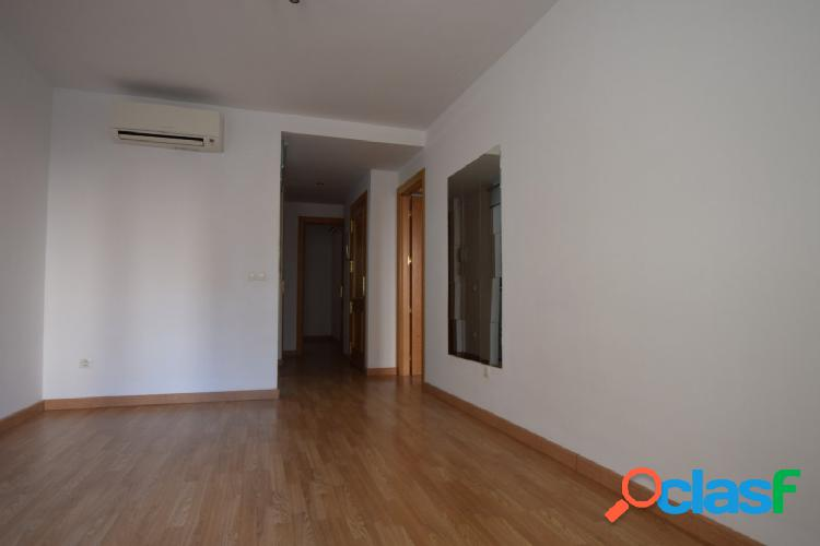 Se alquila magnífico piso muy luminoso en la calle