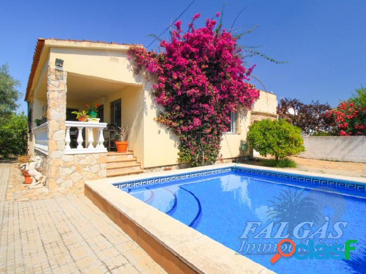 Casa mediterránea con piscina en zona tranquila en
