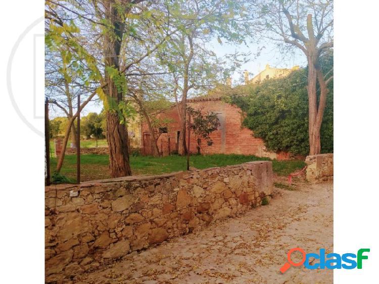 Edificio de terrenos con cobertizo en el casco antiguo de