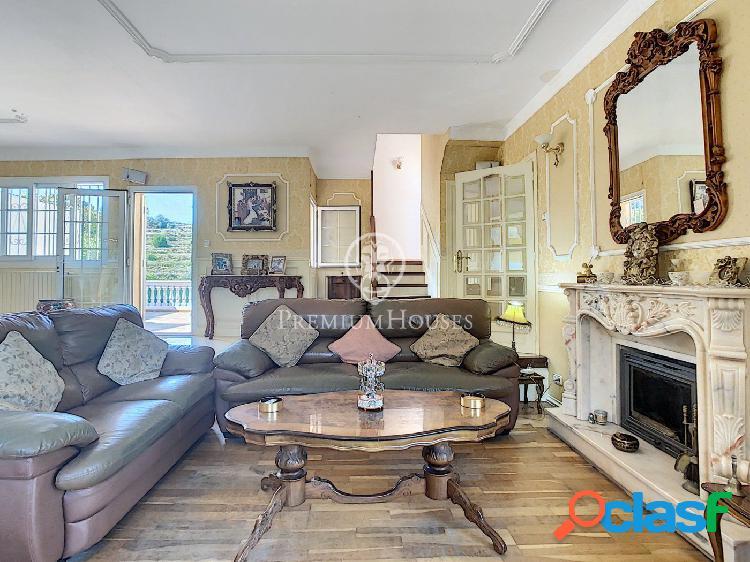En venta casa reformada de estilo inglés