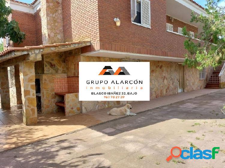 Grupo Alarcon Vende estupendo chalet en Urbanización Casas