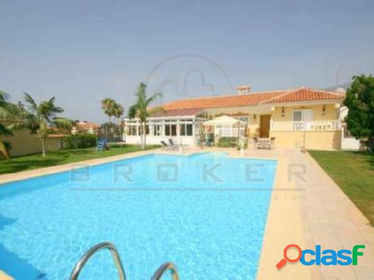 Impresionante villa con piscina y cancha de tenis en 2549 m2