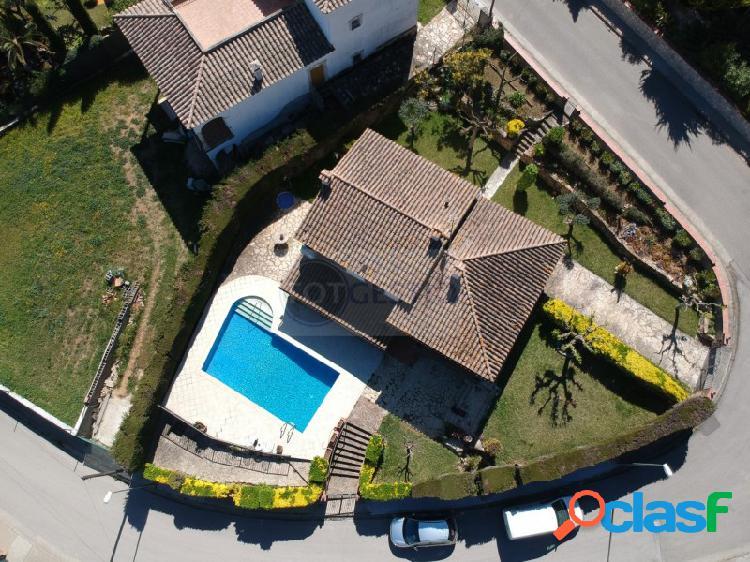 Compra de casa con piscina y zona de jardín en la