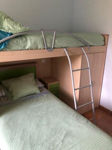 Se vende dormitorio juvenil con dos camas, armario y mesilla