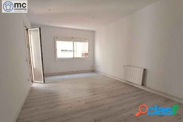 Piso de tres habitaciones con balcón recién reformado a