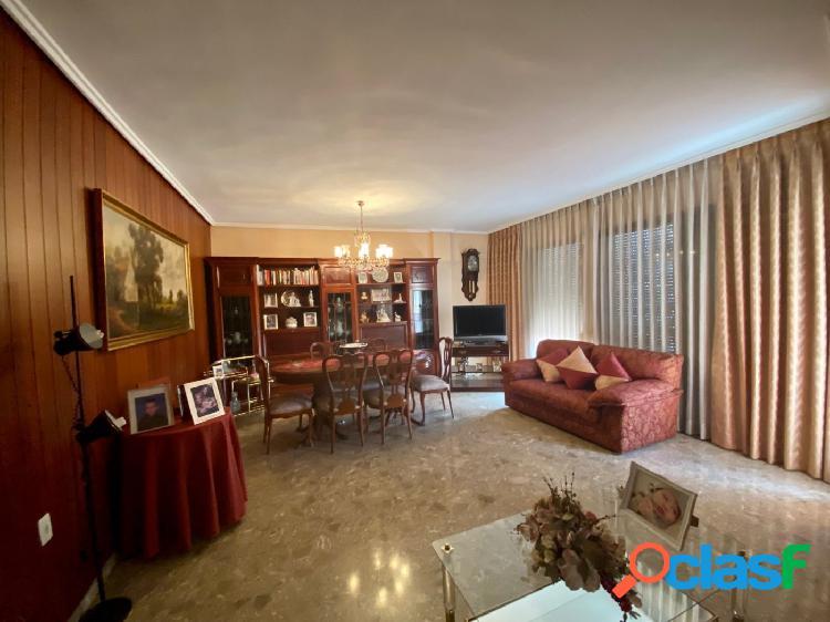 Se vende magnifico piso en Calle San Vicente Mártir.