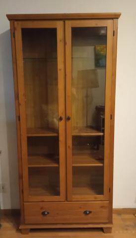 Vitrina de madera con puertas