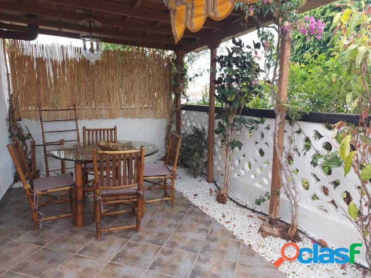 Se alquila precioso bungalow de dos dormitorios en Los