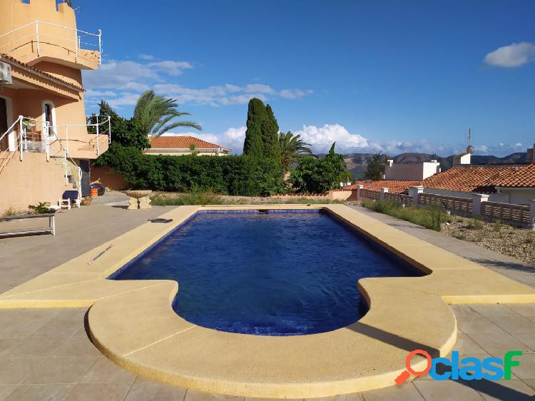 Chalet independiente con grande parcela llana, piscina