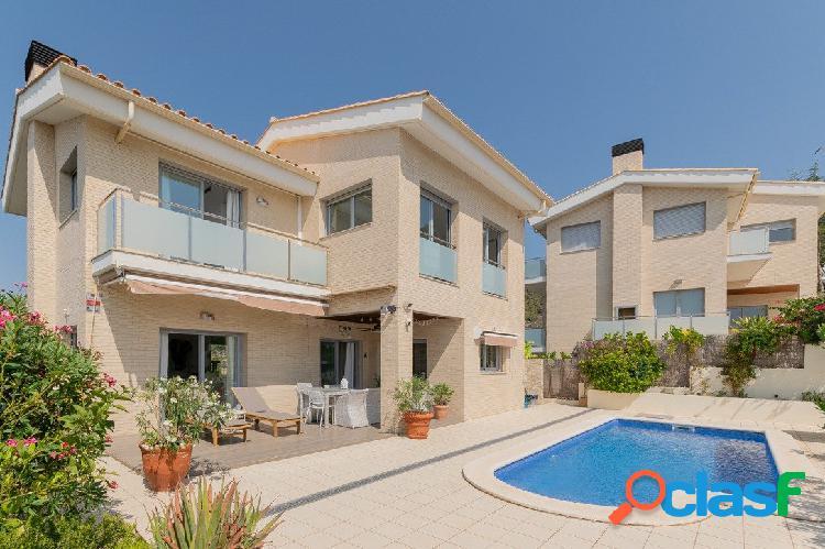 Preciosa villa con vistas al mar y piscina en venta en