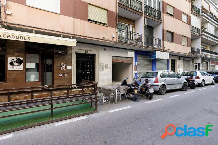 Local comercial de 59 m2, diáfano, con aseo, en la calle